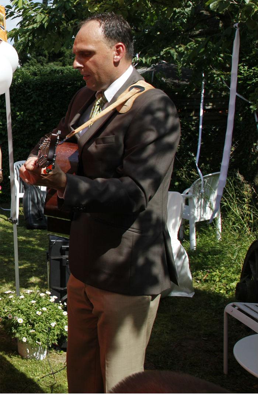 Oliver Bisanz singing at our wedding