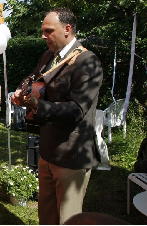 Oliver Bisanz singing at our wedding